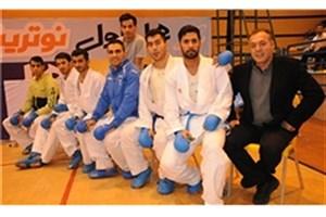 سرمربی تیم کاراته دانشگاه آزاد اسلامی لوح برترین مربی سوپرلیگ کاراته را به خانواده شهید محسنپور اهدا کرد