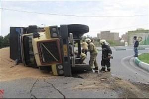 کامیونت حامل لبنیات در بزرگراه چمران واژگون شد