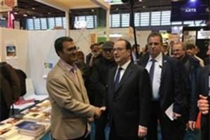 رئیس جمهوری فرانسه از غرفه ایران در نمایشگاه کتاب پاریس بازدید کرد