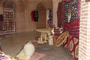 گرفتن عکس یادگاری گردشگران اردبیلی با لباس های سنتی عشایر شاهسون