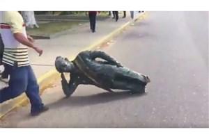 توهین معترضان ونزوئلایی به مجسمه هوگو چاوز