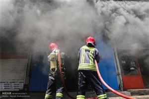 حریق گسترده در انبار لاستیک/اعزام 6 ایستگاه آتش نشانی به محل حادثه