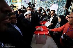 حضورحجت الاسلام  حسن روحانی  و اسحاق جهانگیری پای صندوق اخذ رای