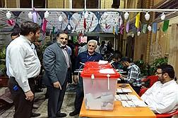 حضور دکتر نوریان سرپرست دانشگاه ازاد اسلامی  پای صندوق اخذ رای