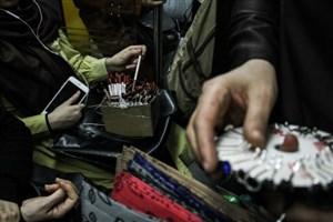 زنان دستفروش مترو: شما می دانید فقر یعنی چه ؟/تامین هزینه های زندگی مهمترین دلیل دستفروشی ماست