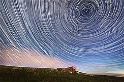 بارش ستاره های دنباله دار در آسمان شب