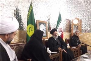 اهدای مدال خادمی به خانواده شهید حججی از سوی تولیت آستان قدس رضوی