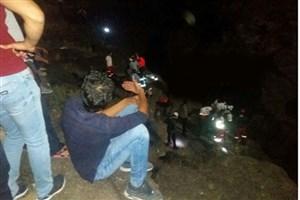 خودروی پراید به داخل رودخانه زنگمار ماکو  سقوط کرد/ از سرنشینان خودرو خبری نیست/عکس