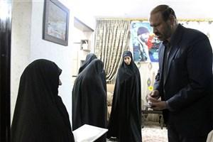 تجلیل رئیس دانشگاه آزادقم از خانواده شهید مدافع حرم