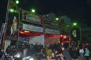 در ایستگاه صلواتی مسجد الرضا(ع)کفش های عزاداران حسینی واکس زده می شود