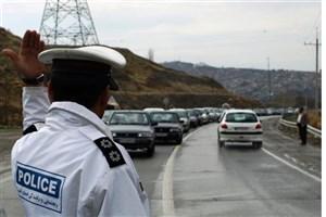 رانندگان به هشدارهای ماموران پلیس راه  در جاده ها توجه کنند