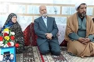 """دیدار استاندار خراسان جنوبی با خانواده شهید """"صادقی"""" در نهبندان"""