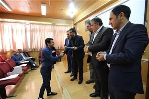 هدیه رئیس دانشگاه آزاد اسلامی واحد کرج در بزرگداشت روز جهانی عصای سفید