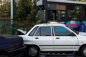 تشنج  راننده اتوبوس  باعث تصادف در خیابان قریب شد /عابر پیاده ، جان  عابران دانش آموز را نجات داد
