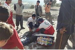 امدادرسانی به نوجوان حادثه دیده سقوط از کوه در مناطق صعبالعبور ایذه