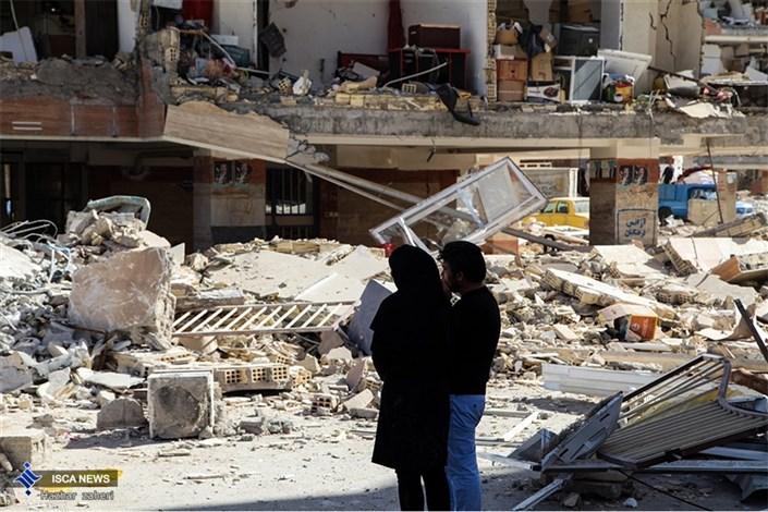 تلاش مردم زلزله زده  سر پل ذهاب  بعد از شش روز / عکس هایی که نوشته مسکن مهر دارند حذف شوند