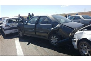 تصادف زنجیره ای و واژگونی 4 خودرو در همدان