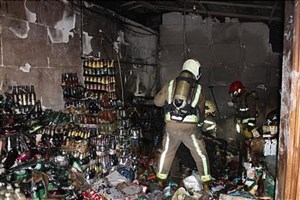آتش نشانان  دو مرد را  از میان شعله های سرکش آتش نجات دادند