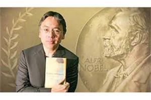 برنده نوبل ادبیات مدالش را برگردن آویخت
