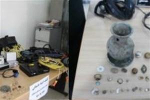 گشت بازرسی پلیس شاهرود از خودروهای عبوری/کشف اشیای عتیقه و سکه مربوط به دوران اسلامی