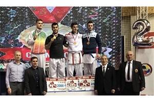 مدال طلای کرواسی دور گردن گنج زاده ایرانی
