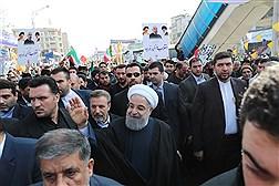 دکتر روحانی در جمع شرکت کنندگان راهپیمایی با شکوه 22 بهمن