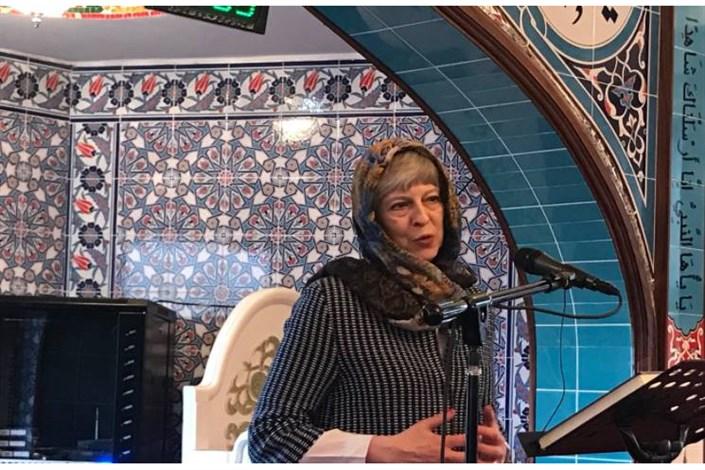 """""""ترزا می """"با حجاب در مسجد حضور یافت"""