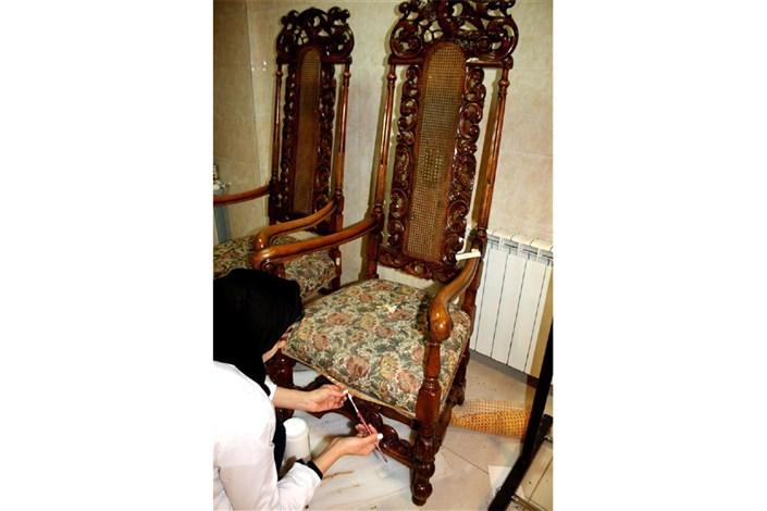 صندلی و آباژور چوبی نفیس در سعدآباد حفاظت و مرمت شد
