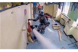 ربات آتش نشانی که مکان آتشسوزی را یافته و آن را خاموش می کند