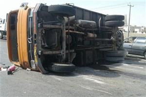 مصدومیت 2 نفر در واژگونی کامیون  حامل زنبوران عسل