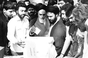 حضور امام برای رای دادن به همه پرسی در میان مردم