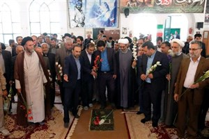 آیین عطر افشانی گلزار شهدای شهر یاسوج باحضور هنرمندان و مسئولین