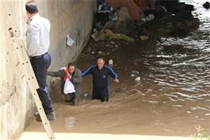 نجات فرد بیخانمان گرفتارشده در زیر پل شهدای خرمآباد