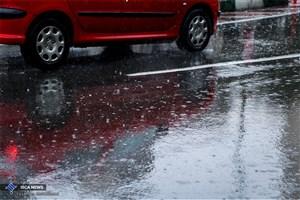 بارش باران در محورهای 4 استان/ترافیک در باند جنوبی آزادراه کرج-قزوین سنگین است