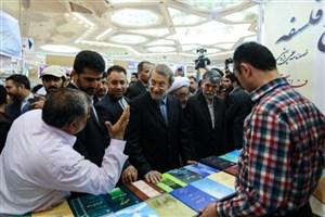 استفاده از کارت هوشمند ملی برای مزایای بن کتاب/لاریجانی  در باران به نمایشگاه کتاب آمد