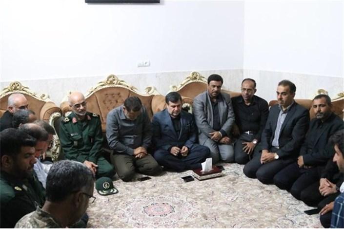 حضور استاندار هرمزگان در منزل شهید مدافع حرم خلیل تختی نژاد