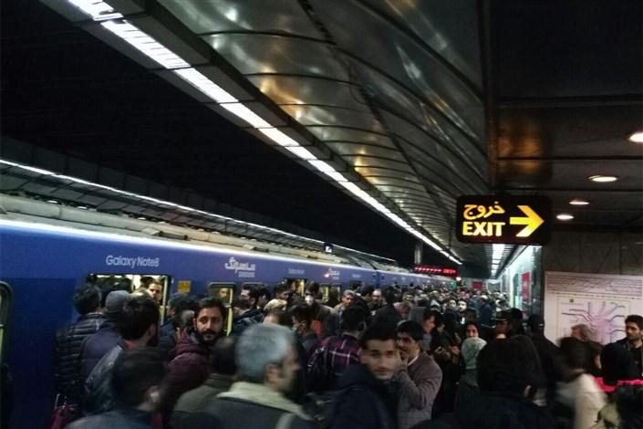 مترو خط یک در ایستگاه علی آباد دچار نقص فنی شد