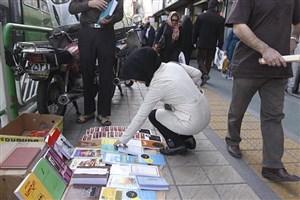 ساماندهی بساط گستران کتاب در خیابان انقلاب