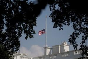 بالاخره پرچم های کاخ سفید نیمه افراشته شد