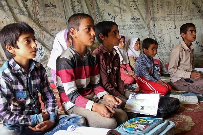 توزیع بسته لوازم التحریر میان دانشآموزان