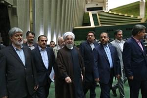 روحانی برای دفاع از وزرای پیشنهادی وارد صحن مجلس شد