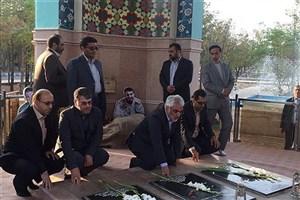 ادای احترام دکتر طهرانچی به شهدای گمنام دانشگاه آزاد اسلامی کاشان