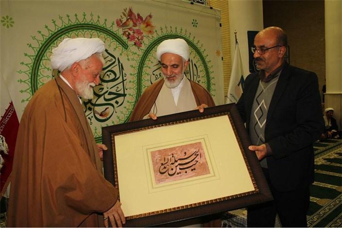 اهدای اثر نفیس خوش نویسی به نماینده ولی فقیه در استان هرمزگان