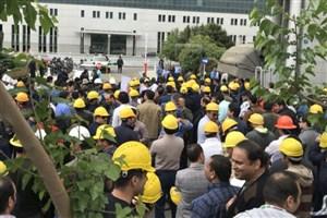 """""""کلاهزردها"""" مقابل وزارت نیرو جمع شدند"""
