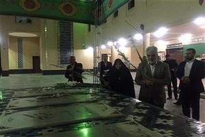 ادای احترام دکتر طهرانچی به شهدای گمنام دانشگاه آزاد اسلامی یزد