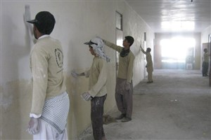 دانشآموزان به جای ترقهبازی؛ در بازسازی مدرسه خود مشارکت می کنند