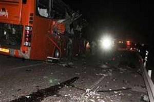 مصدوم شدن 6 نفر دربرخورد اتوبوس با تریلی در اتوبان کاشان-قم