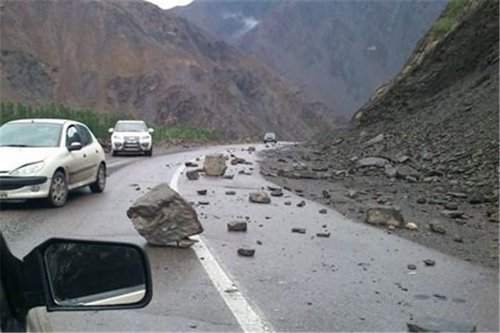 ریزش سنگ در جاده فیروزکوه