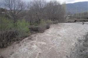 رودخانه  محور قدیم خرم آباد - پل دختر طغیان کرد/جادهها به شدت لغزنده هستند