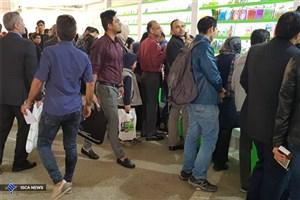 چشم و همچشمی دانشجویان برای خریداری کتب زبان انگلیسی در نمایشگاه کتاب